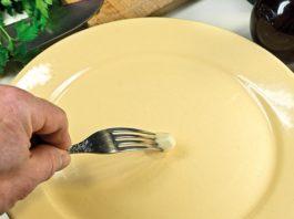 Зачем натирать тарелку чесноком: хитрость, о которой все забыли